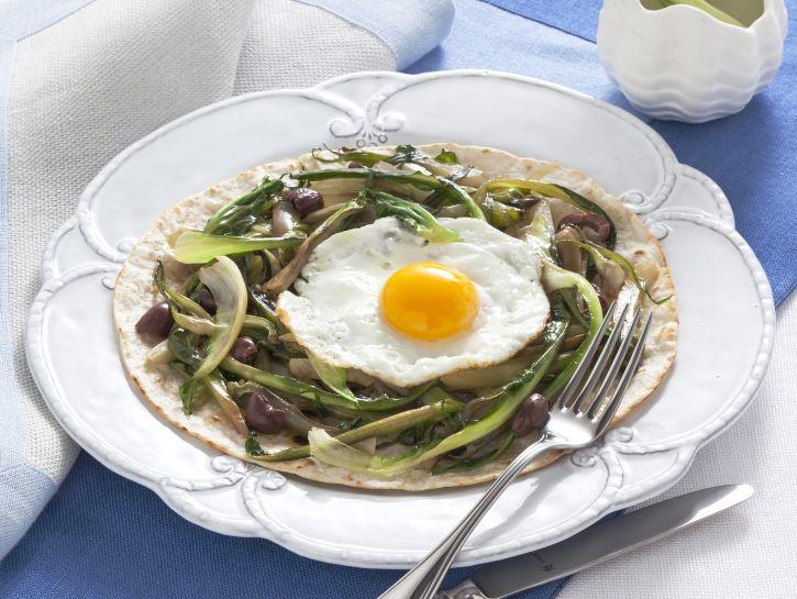 piadina-con-uovo-fritto-prosciutto-e-puntarelle preparazione