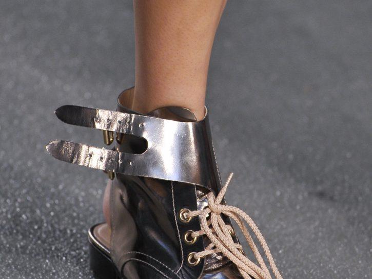 Stivali con i lacci dalle passerelle