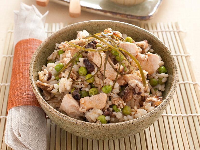 Riso alla giapponese con pollo, funghi e piselli
