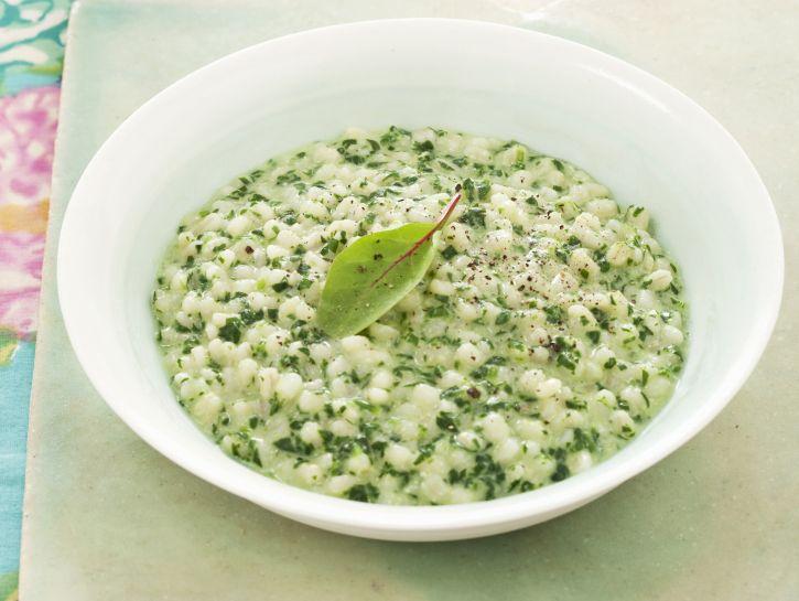 orzotto-con-formaggio-erbe-e-spinaci preparazione