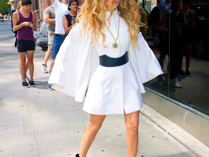 Camicia bianca: Lady Gaga la indossa così
