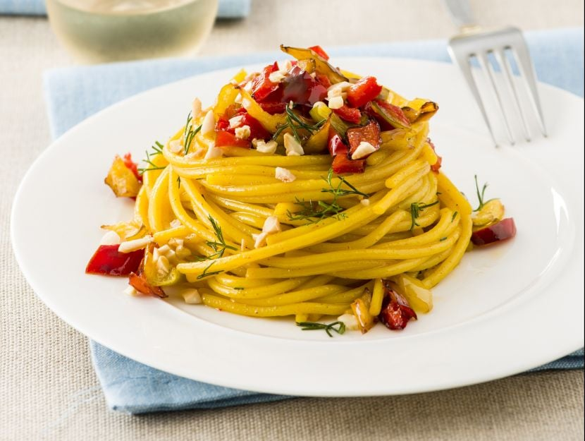 spaghetti piccanti con peperoni e zafferano