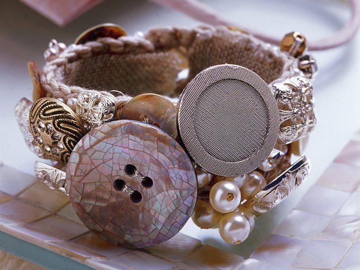 Fai da te bracciale con bottoni e perle: accessori moda