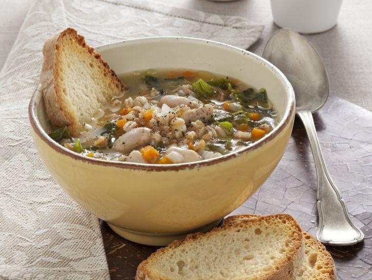 zuppa-di-farro-con-verdure-legumi-e-cavolo-nero immagine