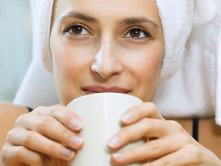 Riflessi naturali: caffè per capelli castani