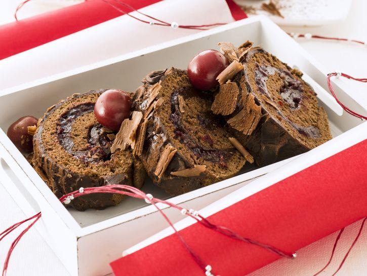 rotolo-di-pasta-biscotto-al-cacao-e-ciliegie-sotto-spirito