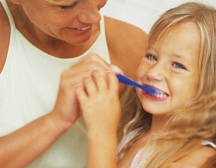 Insegnare ai bambini a lavarsi i denti