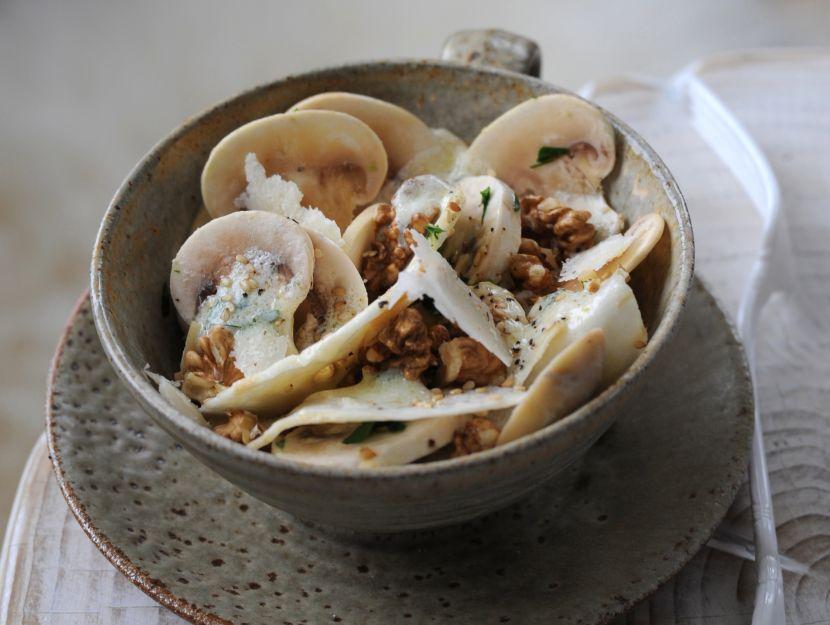 insalata-di-sedano-rapa-champignon-e-grana-con-dressing-allo-yogurt
