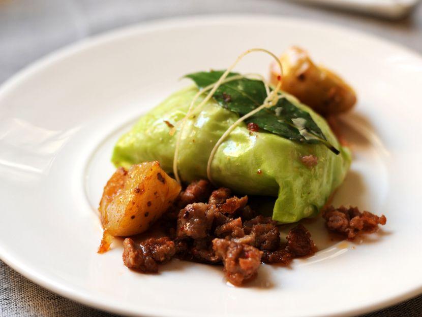 salsiccia-e-patate-in-foglia-di-verza