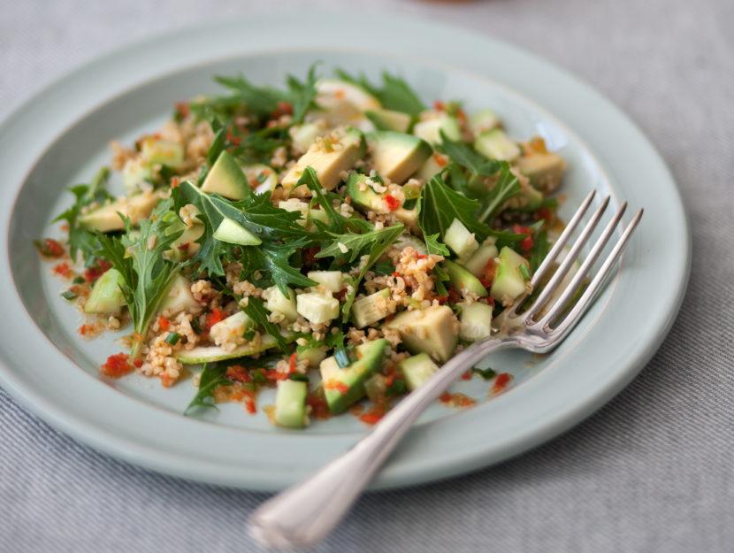 Tabulè con bulgur, cetrioli e avocado