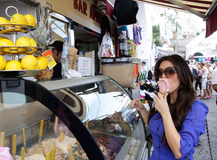 Kim Kardashian mangia gelato