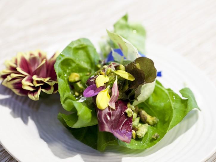 bouquet di insalate fiorito con crema e granella di pistacchio americano