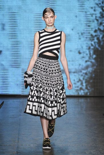 DKNY: bianco e nero in passerella per la primavera estate 2015