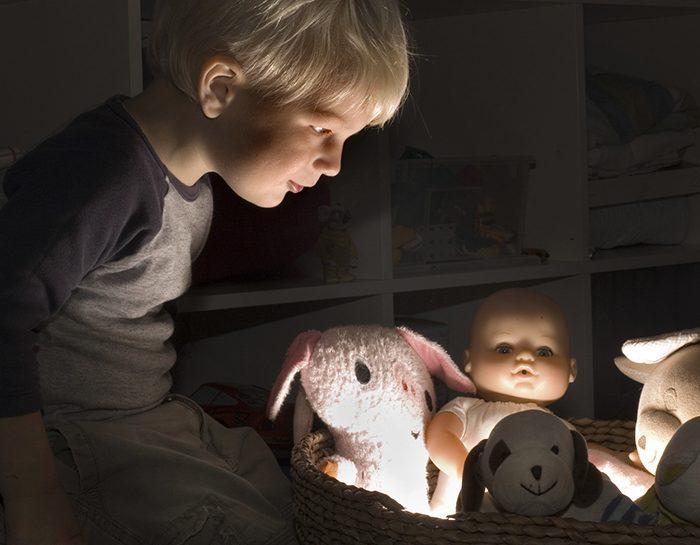 Bambini che giocano con le bambole