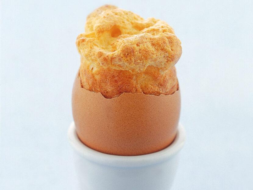 Uova ripiene con piccoli soufflé al parmigiano