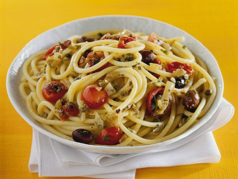 bucatini-con-pomodorini-olive-e-capperi ricetta