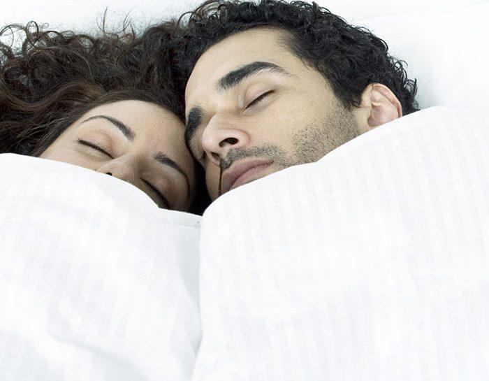Intesa di coppia a letto dormendo
