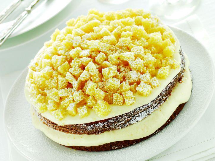 Torta mimosa su piatto di portata