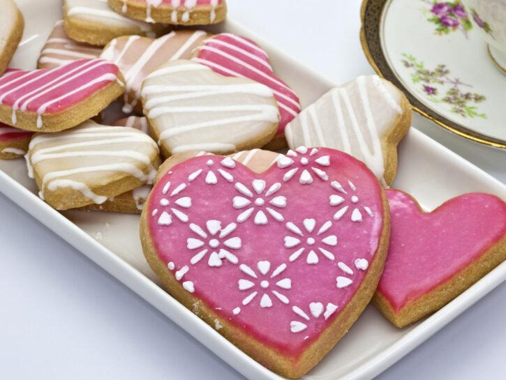 Biscotti decorati con glassa bianca - Credits: Olycom