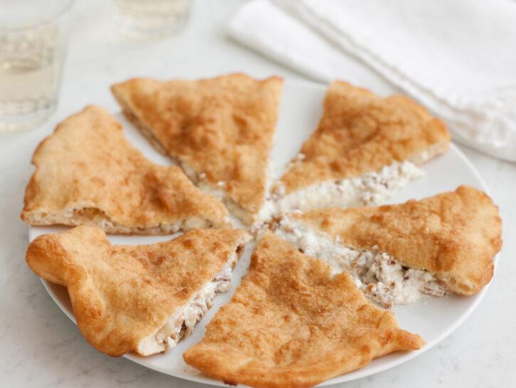 Pizza fritta con ricotta, provola e ciccioli