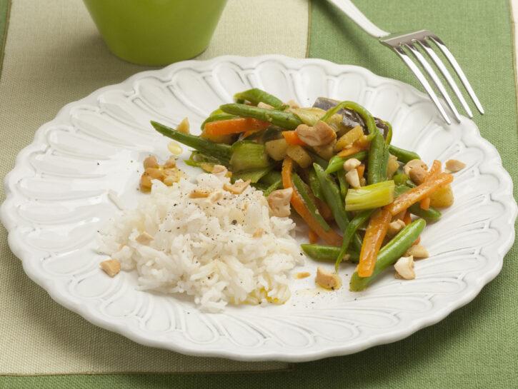 Riso con verdure al curry e anacardi