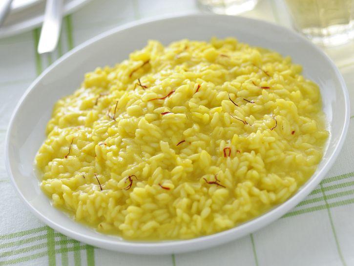 Piatto di risotto allo zafferano
