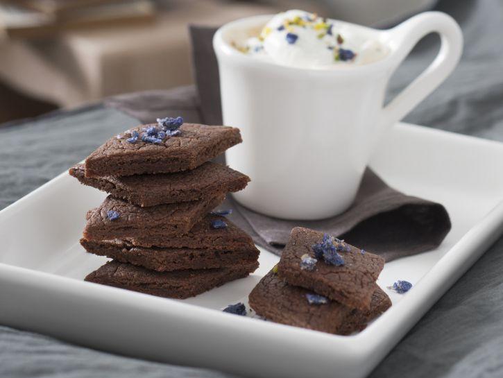 rombi-alla-crema-di-nocciola-e-cacao-con-violette-candite