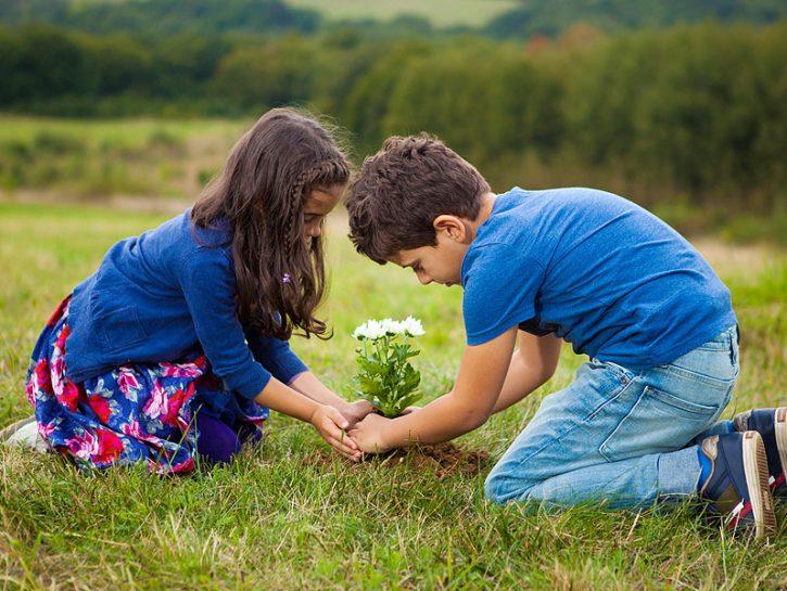 Bambini giocare primavera