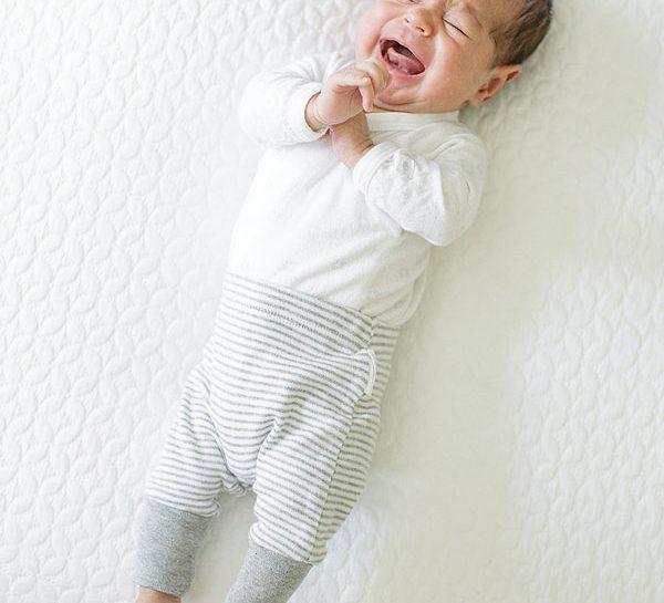 Tuo figlio inizia a piangere tutti i giorni più o meno alla stessa ora, piega le gambine a scatti