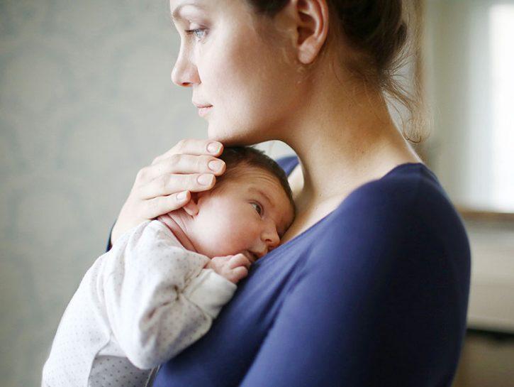 Dopo il parto, un periodo di tristezza immotivata è normale: si chiama baby blues ed è una sindro