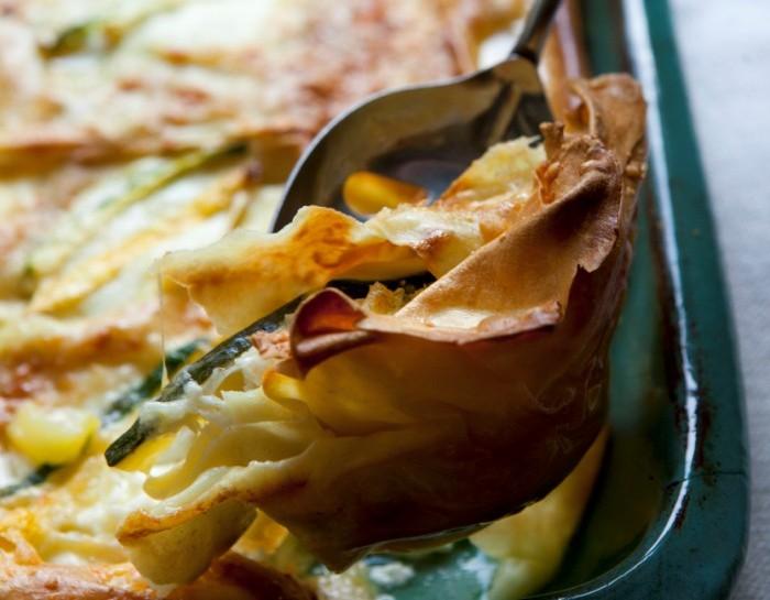 Preparazione delle lasagne con pane carasau