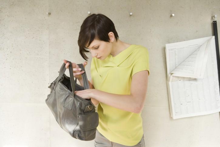donna cerca in borsa