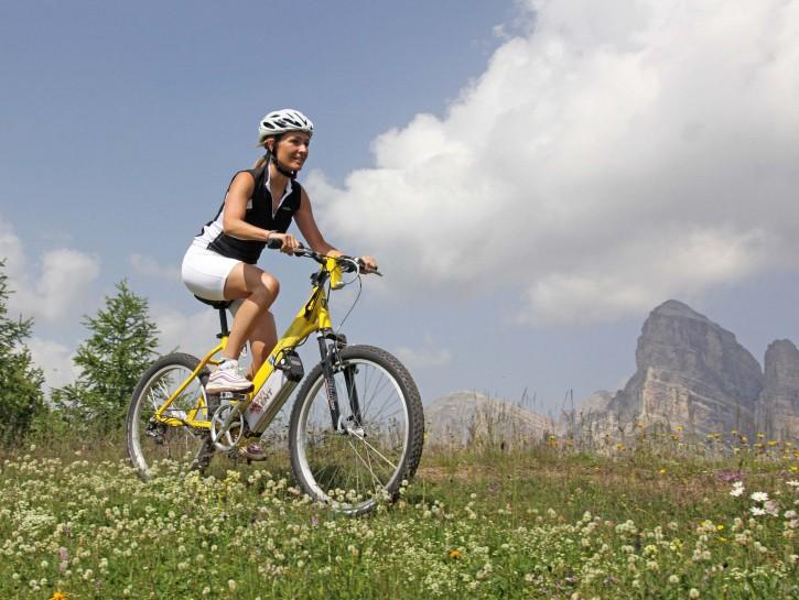 donna su bici elettrica