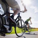 Con l'e-bike vai in salita e rassodi le gambe