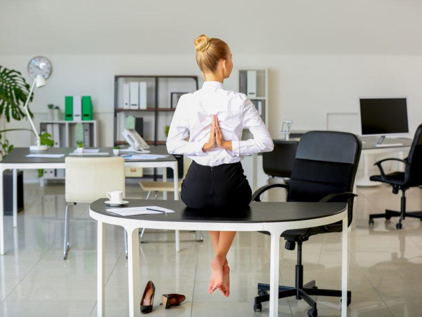 esercizi alla scrivania per la schiena