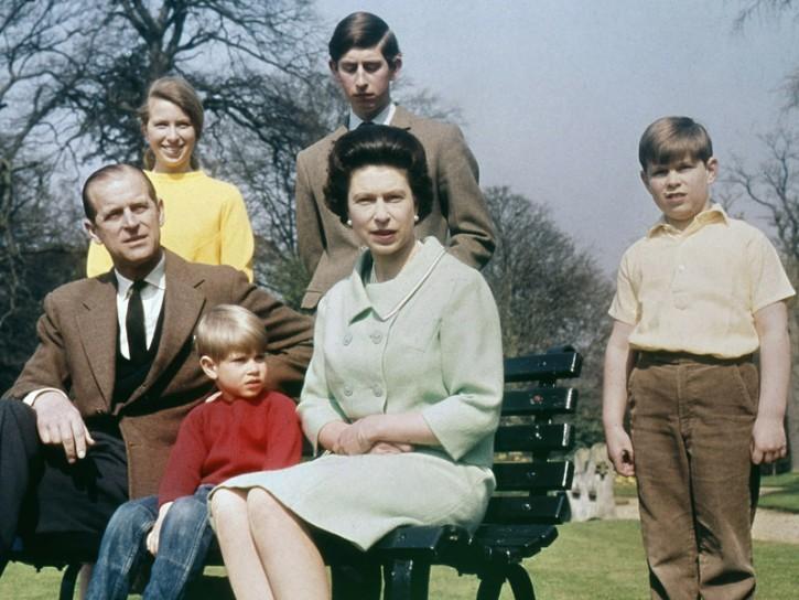 La Regina Elisabetta con i figli e il marito