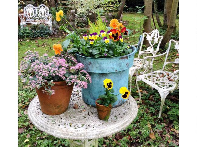 Suggestioni vintage retro anche in giardino con arredi sapientemente recuperati e accostati. Scopri