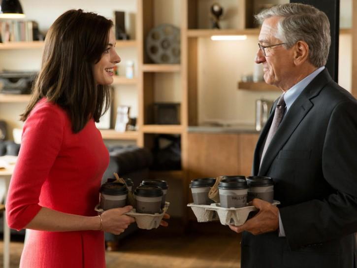 Anne Hathaway e Robert De Niro nel film