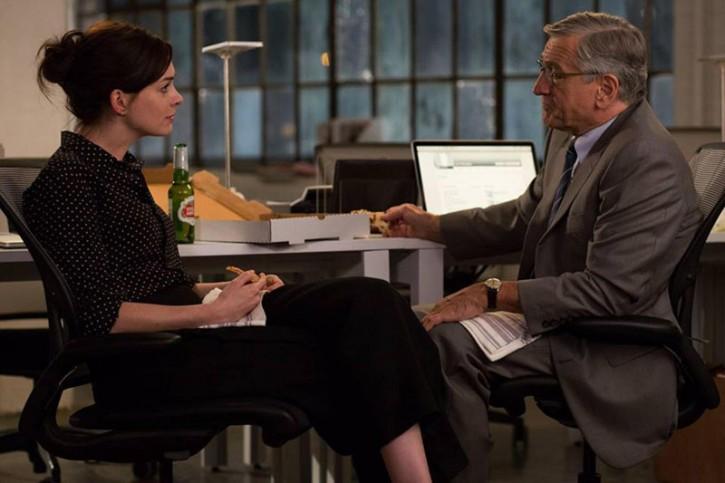Robert De Niro e Anne Hathaway nel film
