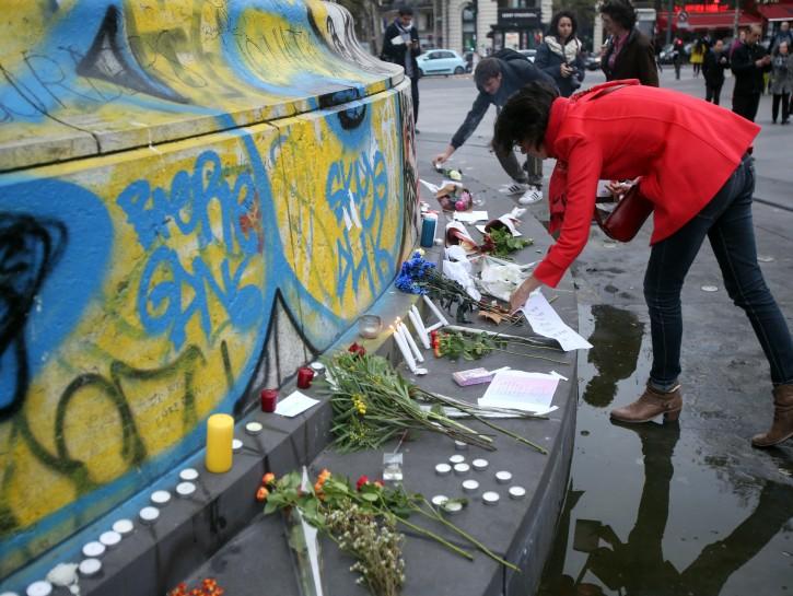 Parigi attentati fiori