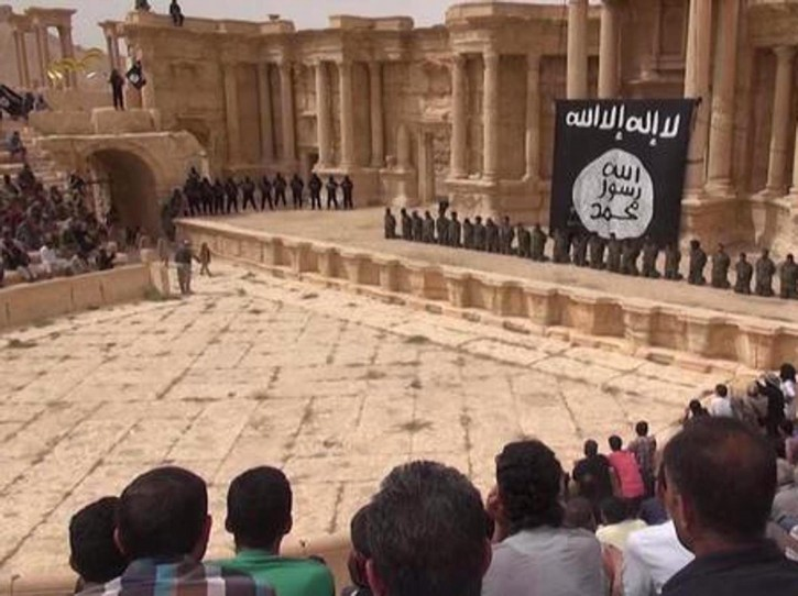 Isis Palmira Siria anfiteatro bandiera nera