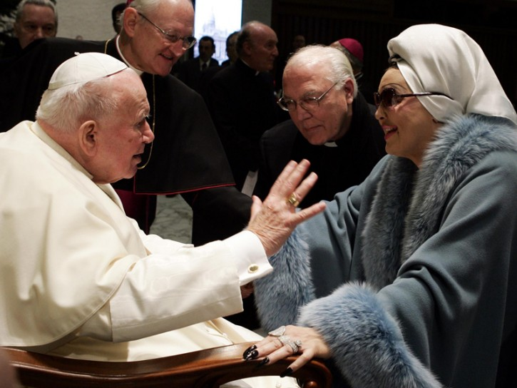 Moira Orfei con papa Giovanni Paolo II nel 2004