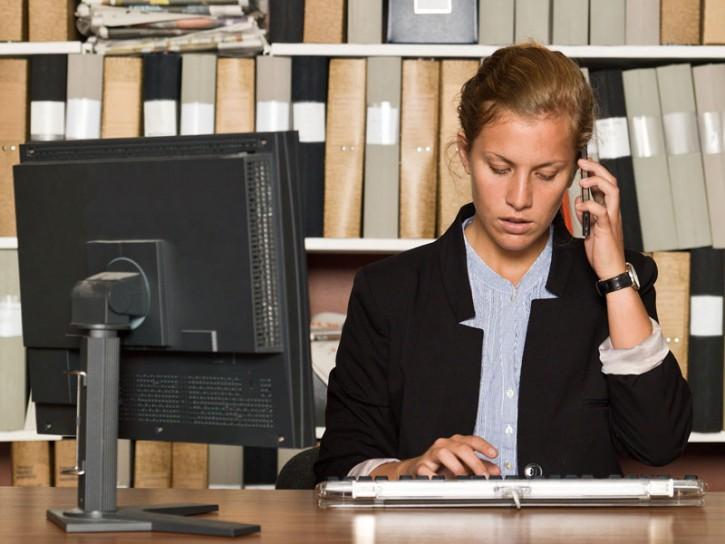 Donna ufficio computer