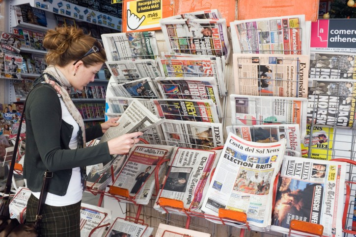 Giornali edicola donna