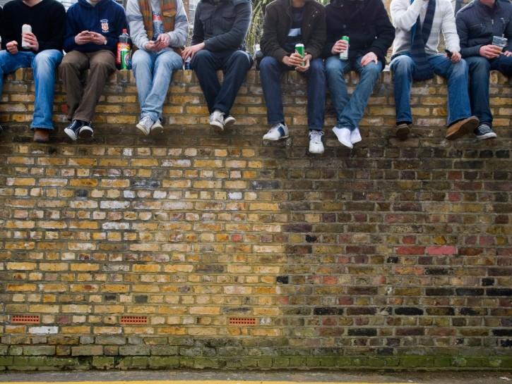 Adolescenti gruppo muro