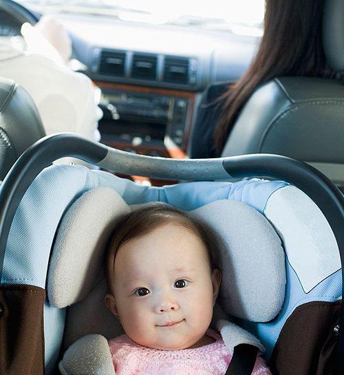 Cosa dice il Codice della strada in merito al seggiolino auto? Il trasporto dei bambini sui veicoli
