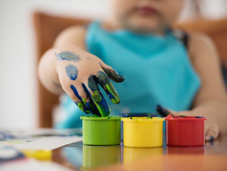 Una delle attività casalinghe più belle da proporre ai bambini è senza dubbio la pittura. Contr