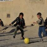 Afghanistan: bambini giocano a pallone