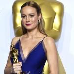 Si può ricevere un Oscar con un vestito blu elettrico