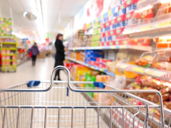 Supermercato scaffali carrello